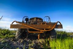 Camión militar abandonado, roto, que aherrumbra en la tundra Fotos de archivo libres de regalías