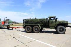 Camión militar en el aeródromo Imagen de archivo libre de regalías