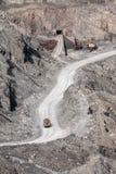 Camión pesado en el camino en el hoyo de piedra Fotografía de archivo libre de regalías