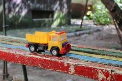 Camión plástico del juguete en banco coloreado Imagen de archivo