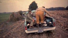 1973: Camión por completo de los cazadores dirigidos a casa hacia el día almacen de metraje de vídeo