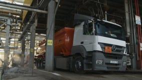 Camión potente grande con el tanque de aceite rojo en el complejo de refinería almacen de metraje de vídeo