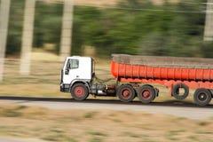 Camión que apresura en el camino imagenes de archivo