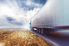 Camión que apresura en el camino del desierto Imagen de archivo