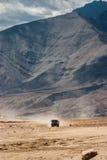 Camión que conduce el desierto en Ladakh Imágenes de archivo libres de regalías