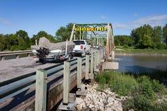 Camión que tira del barco en el remolque en el puente del río fotografía de archivo libre de regalías
