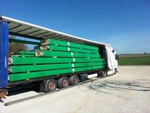 Camión que transporta la madera de construcción - tablones embalados Imagen de archivo libre de regalías