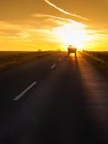 Camión que viaja en la puesta del sol Foto de archivo