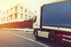 Camión rápido en una entrega del camino de ciudad imagen de archivo