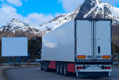 Camión refrigerado blanco y cartelera blanca grande Fotos de archivo libres de regalías