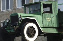 Camión retro del camión el color, abajo echa a un lado Cuerpo, tubo de escape de plata, rueda de coche Foto de archivo