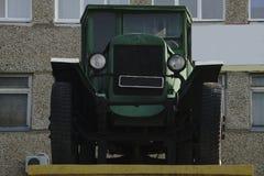 Camión retro del camión El color verde, abajo echa a un lado Cuerpo, tubo de escape de plata, rueda de coche Fotografía de archivo