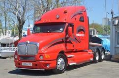 Camión rojo con el barco Fotos de archivo libres de regalías