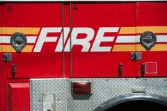 Camión rojo del cuerpo de bomberos de servicio Foto de archivo libre de regalías
