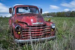 Camión rojo del vintage - depósito de chatarra abandonado - Nueva York Imagen de archivo libre de regalías