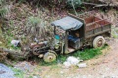 camión roto viejo en el lado de la carretera nacional Foto de archivo