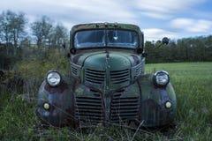 Camión verde del vintage - depósito de chatarra abandonado - Nueva York Fotos de archivo libres de regalías