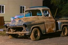 Camión viejo abandonado de Chevy en la noche en el lago grass, Michigan Fotos de archivo libres de regalías