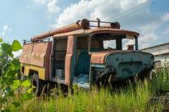 Camión viejo abandonado del parque de bomberos durante verano en el pueblo olvidado perdido fotos de archivo libres de regalías