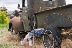 Camión viejo con la bandera Imagenes de archivo