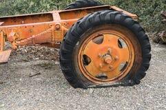 Neumático desinflado en un camión viejo Foto de archivo libre de regalías