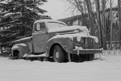Camión viejo cubierto en nieve imagen de archivo libre de regalías
