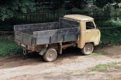 Camión viejo en un pueblo ruso Medyn Fotos de archivo libres de regalías