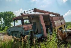 Camión viejo roto abandonado del parque de bomberos durante verano en el pueblo olvidado perdido imágenes de archivo libres de regalías