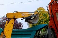 Camión volquete del cargamento del excavador Fotografía de archivo libre de regalías