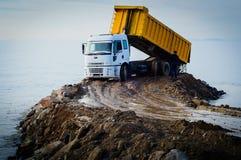 Camión volquete en emplazamiento de la obra Foto de archivo libre de regalías