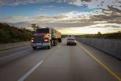 Camión volquete grande en el camino Imagenes de archivo