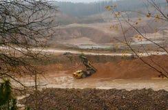 Camión volquete grande pesado de la mina El trabajo del material de construcción en la minería Minerales útiles de la producción foto de archivo libre de regalías