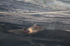 Camión volquete pesado de la explotación minera que conduce a lo largo del a cielo abierto Imagen de archivo libre de regalías