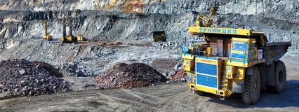 Camión volquete pesado que lleva el mineral de hierro Fotografía de archivo