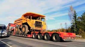 Camión volquete rígido del BM 540 de Volvo en el remolque del camión como carga ancha Imagen de archivo libre de regalías