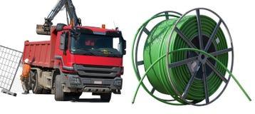 Camión volquete rojo y tubo verde de las telecomunicaciones fotos de archivo libres de regalías