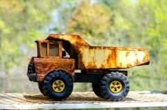 Camión volquete viejo oxidado del juguete Fotografía de archivo