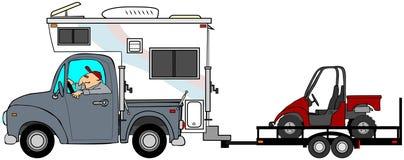 Camión y campista que remolcan un UTV Fotografía de archivo libre de regalías
