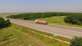 Cami?n de combustible que conduce en la carretera nacional almacen de metraje de vídeo