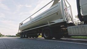 Cami?n del cargo con el remolque diesel del cargo del combustible que conduce en una carretera metrajes