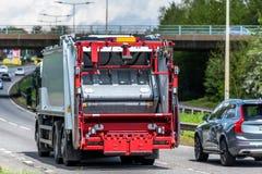 Cami?n in?til del cami?n del volquete en la autopista de Reino Unido en el movimiento r?pido imagen de archivo