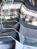Camice alle lavanderie a secco rivestite di ferro di recente Fotografia Stock