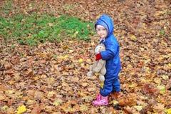 Camice d'uso di maglia con cappuccio di autunno della ragazza del bambino dentro in pieno Fotografia Stock Libera da Diritti