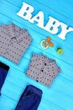 Camice del neonato, jeans, accessori Immagine Stock