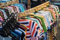 Camice delle magliette felpate dei vestiti di estate delle donne e degli uomini Immagine Stock