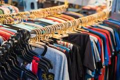 Camice delle magliette felpate dei vestiti di estate delle donne e degli uomini Fotografia Stock Libera da Diritti