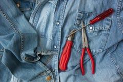 Camice e attrezzi per bricolage del denim Immagine Stock