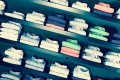 Camice sugli shelfs nel negozio di vestiti degli uomini Immagine Stock Libera da Diritti