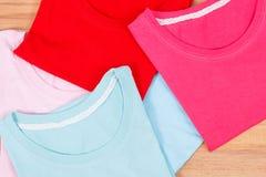 Camice variopinte femminili, abbigliamento comodo per la donna Immagini Stock Libere da Diritti