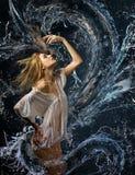 Camicia bagnata della ragazza e un drago di acqua Immagine Stock